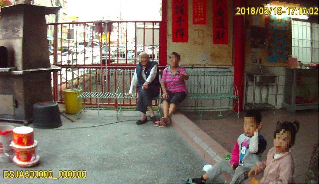 一對雙胞胎小兄妹迷路坐廟前,台中警方協助找到家人。記者游振昇/翻攝