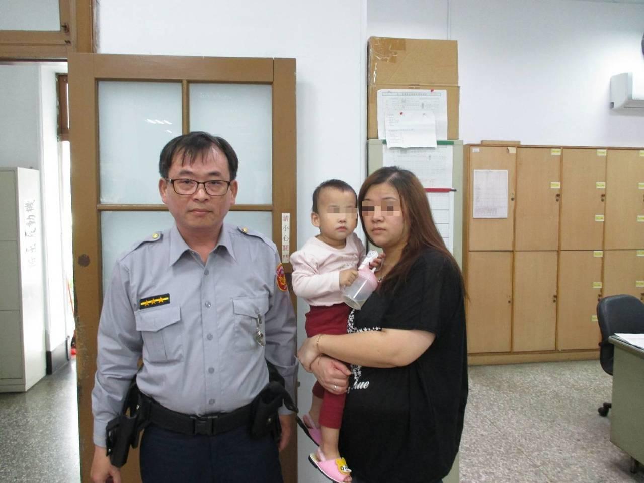女子帶幼女求助台中市第一警分局西區派出所。記者游振昇/翻攝