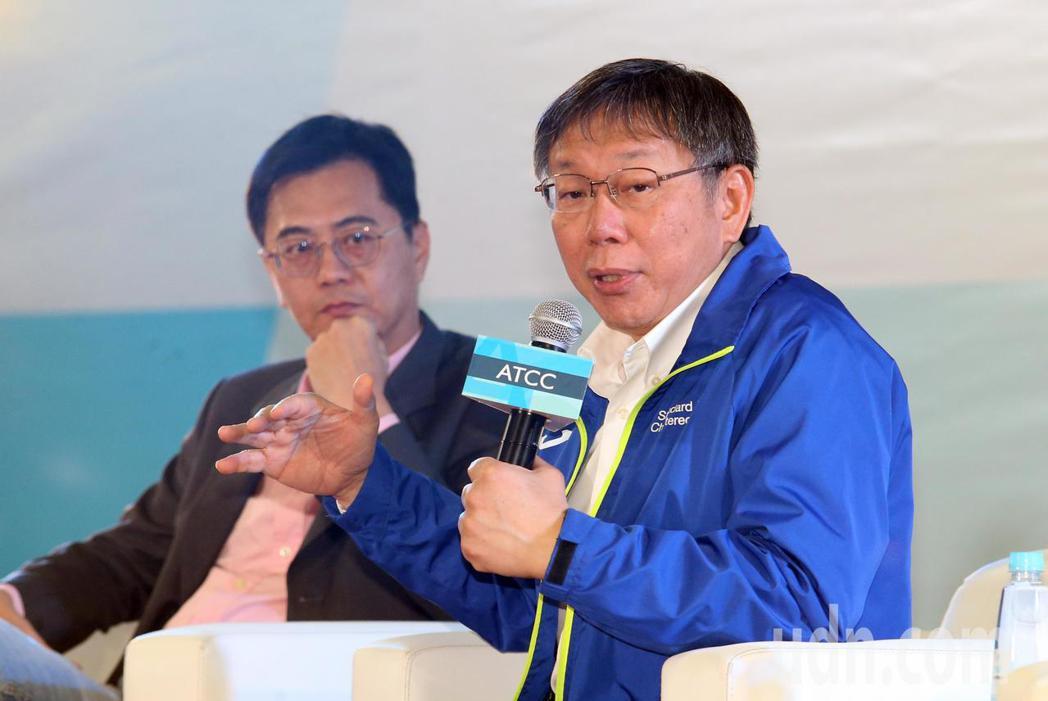 ATCC全國大專院校商業個案大賽上午舉行開幕典禮,台北市長柯文哲(右)受邀出席與...