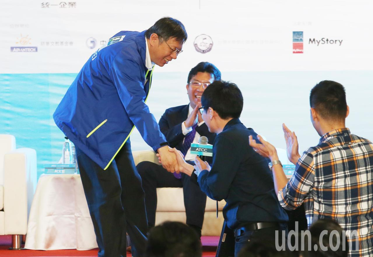 ATCC全國大專院校商業個案大賽上午舉行開幕典禮,台北市長柯文哲(左)受邀出席,...