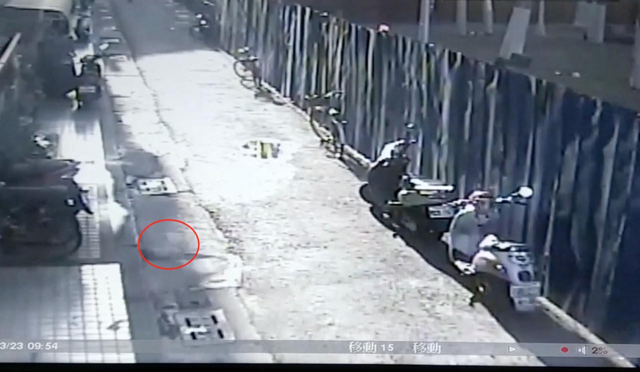 警匪狂奔約500公尺,蔡男突然踉蹌,藏在腰際上膛改造手槍滑落到小腿,突然走火擊發...