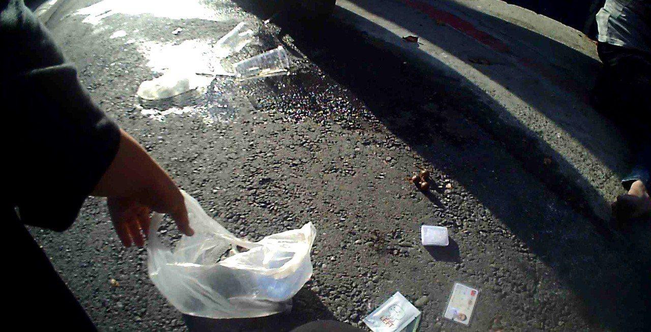蔡姓男子最後體力不支踉蹌跌倒後,手中的兩杯飲料倒地。記者劉星君/翻攝