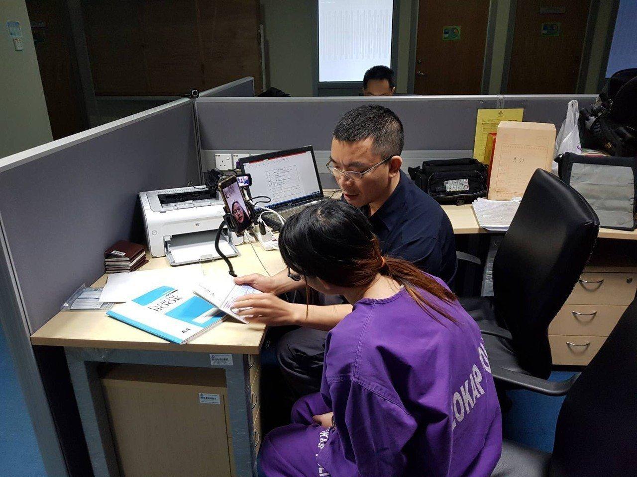 刑事局透過視訊,聯繫在台通譯,協助製作泰國犯嫌筆錄。照/刑事局提供
