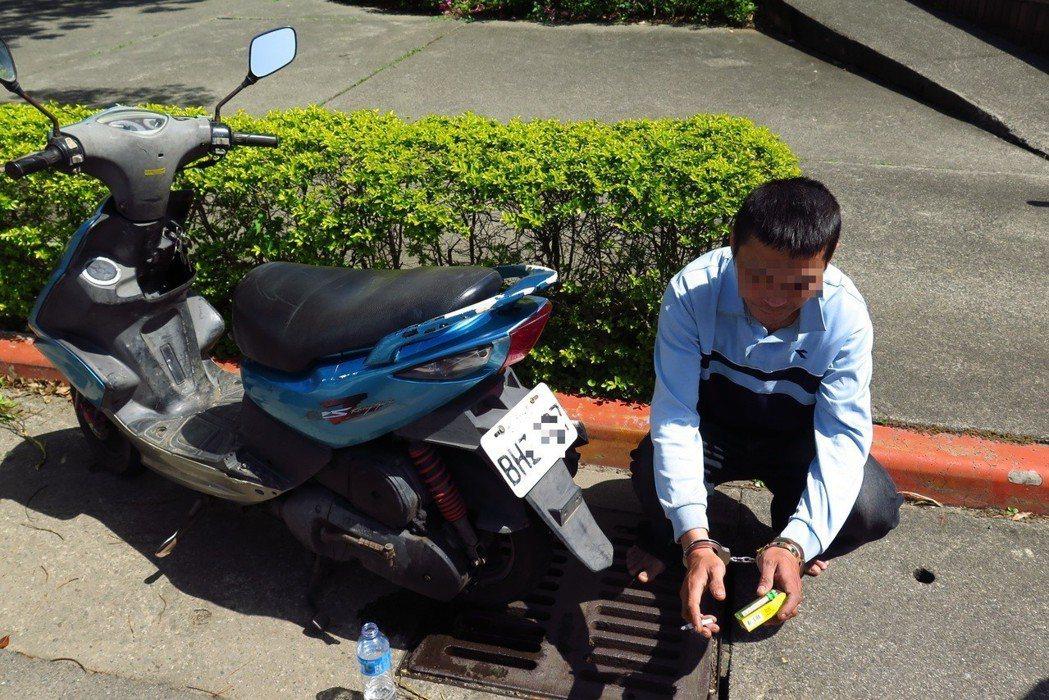 鍾男涉嫌偷機車又掛其他車的車牌被識破。記者鄭國樑/翻攝