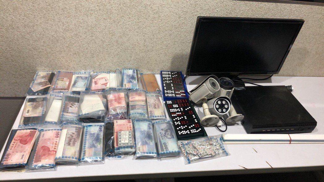 警方查獲26萬餘元賭資。記者蕭雅娟/翻攝