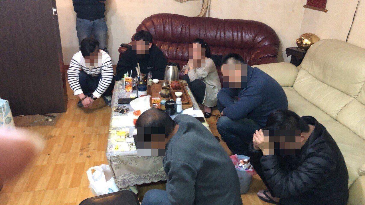 萬華警方昨天破獲天九牌賭場,賭客遭依違反社會秩序維護法裁罰。記者蕭雅娟/翻攝