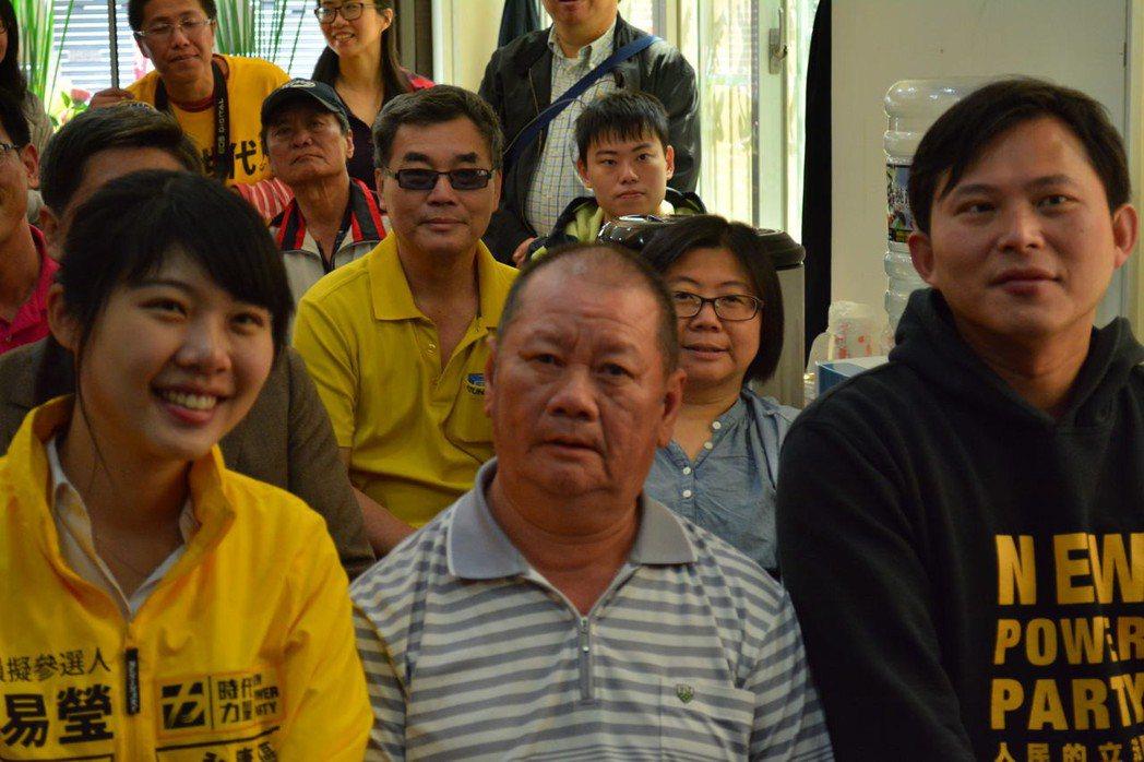 時代力量台南市議員參選人林易瑩(左)才25歲,今天永康辦公室成立,在地里長來挺她...