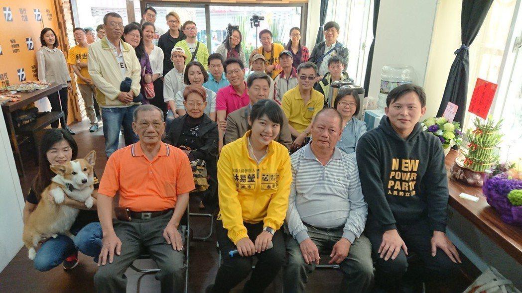 時代力量台南市議員參選人林易瑩(中)才25歲,今天永康辦公室成立,多位 里長來捧...