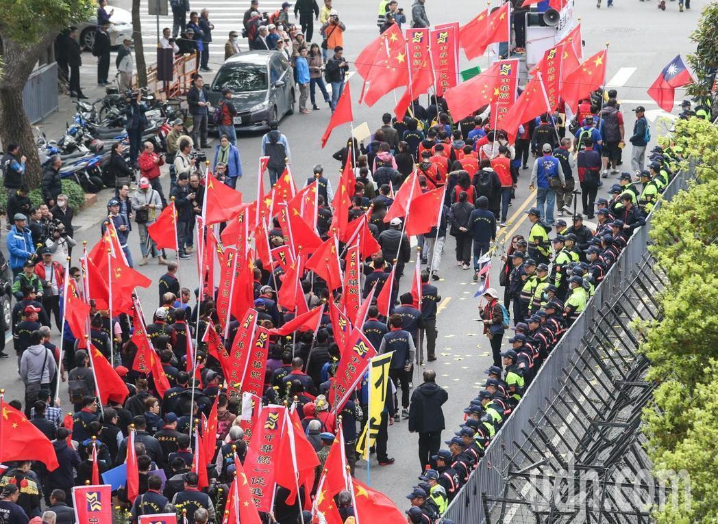 日前濟南路上一片紅色旗海飄揚,統促黨帶著五星旗前來哀悼抗議中身亡的藍天行動聯盟秘...