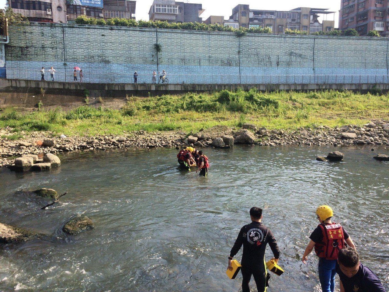 新北市新店區與台北市交界的北新橋,今天下午3時許疑似有人跳水,由新北市消防局消防...