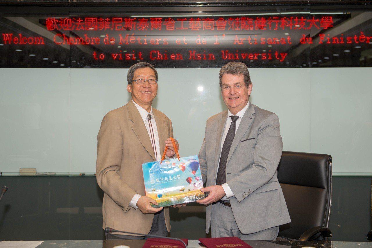 健行校長李大偉(左)與法國菲尼斯泰爾省工藝商會秘書長菲利浦.伯達爾(右)簽約加強...