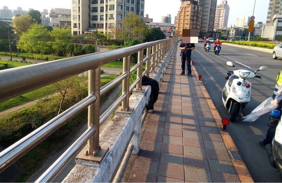 女大生今下午突然從北新橋上跳河。記者蕭雅娟/翻攝