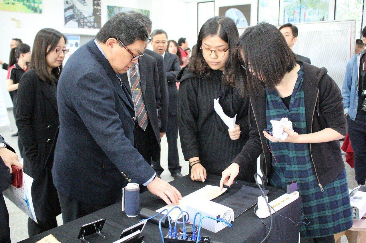 徐旭東(左)對「布鋼琴」的研發感興趣。圖/元智大學提供