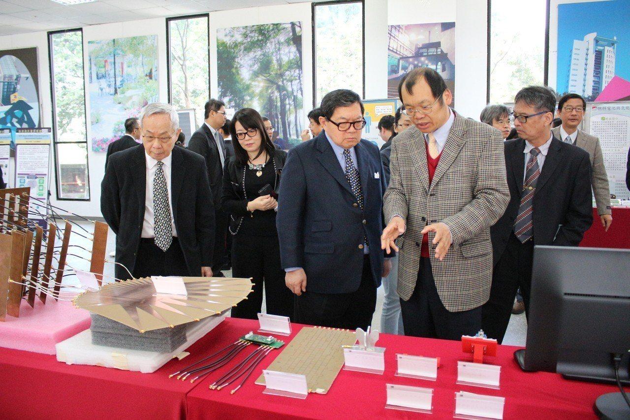 徐旭東(左)參觀研發成果展。圖/元智大學提供