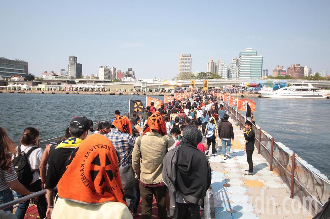 高雄市文化局搭起橫跨第三號船渠的「大港橋」,全長120公尺,連接駁二與蓬萊商港區...