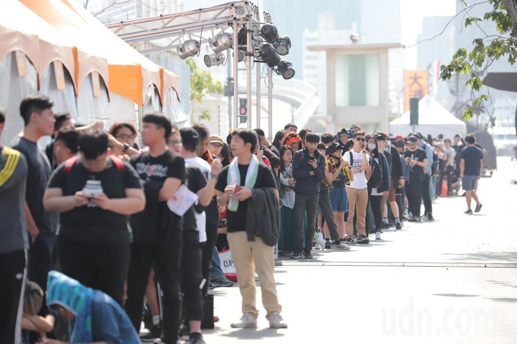 樂迷們一大早就來排隊等候,將買來的票換成入場手環憑證。記者徐如宜/攝影