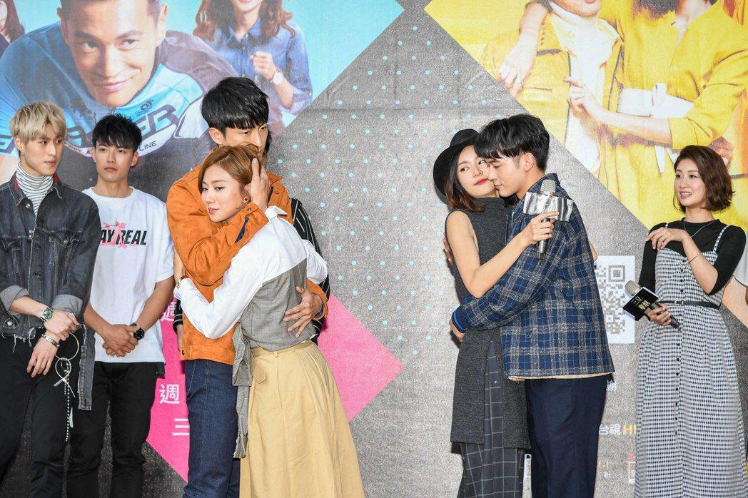 鍾承翰(左起)豆花妹、鍾瑶,小樂在台中和粉絲玩遊戲。圖/三立提供