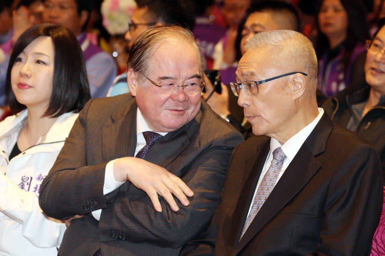 國民黨新北黨部主委李乾龍(左起)與國民黨主席吳敦義咬耳朵,李只願表示在談新北選舉...