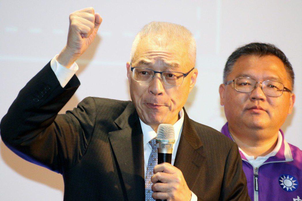 國民黨主席吳敦義(左)說,行政院長賴清德說乾淨的媒,就跟功德院是一個樣。記者王敏...