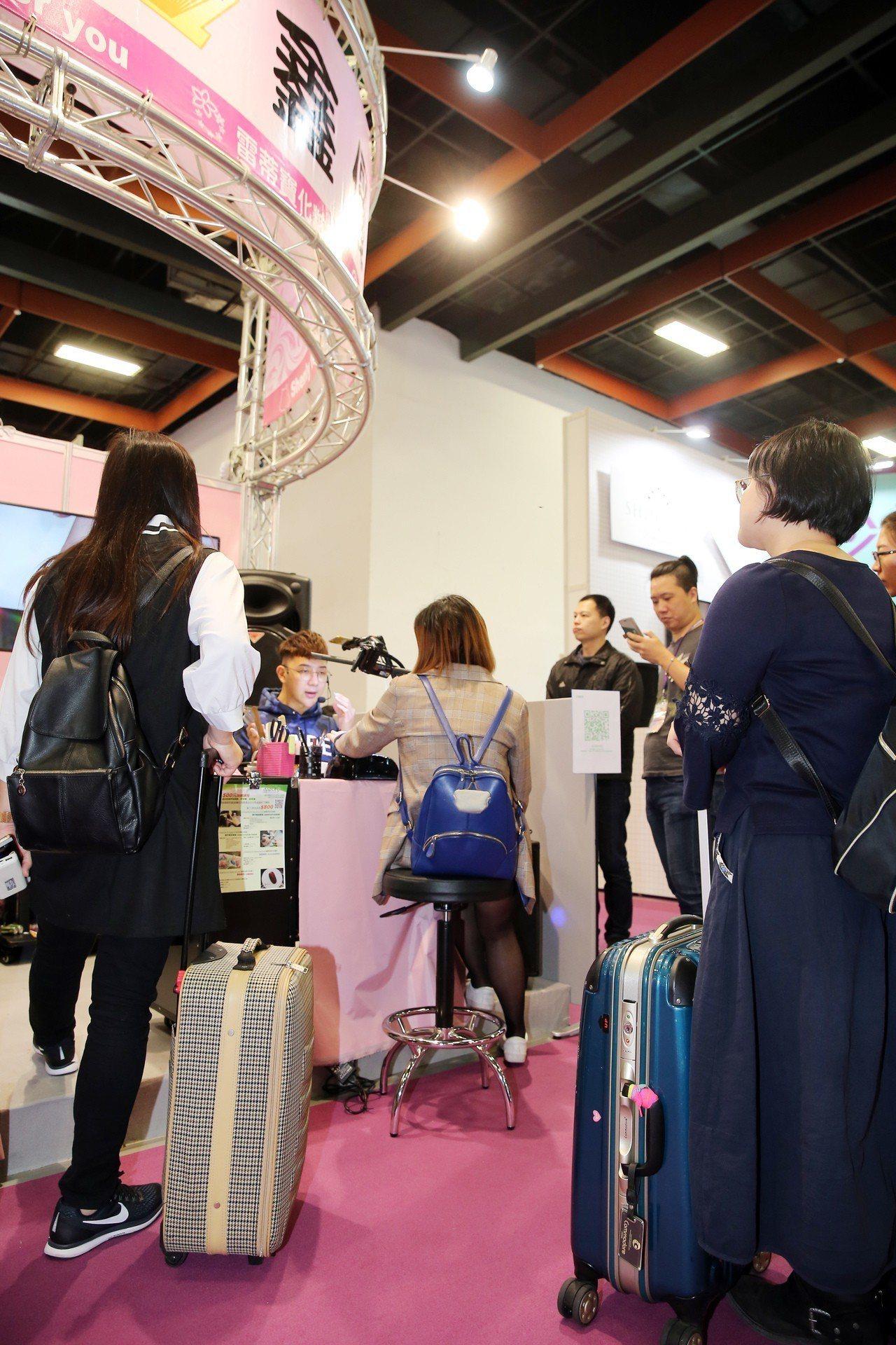 許多消費者都有備而來帶上行李箱逛展。記者徐兆玄/攝影