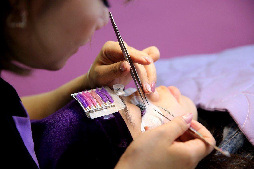 現場植睫仍是國際美容化妝品展受歡迎的體驗項目。記者徐兆玄/攝影