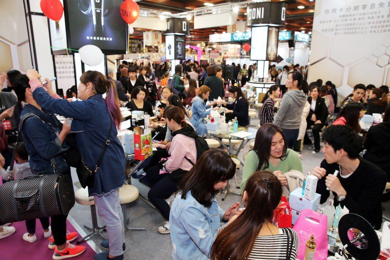 國際美容化妝品展周六人潮湧現。記者徐兆玄/攝影