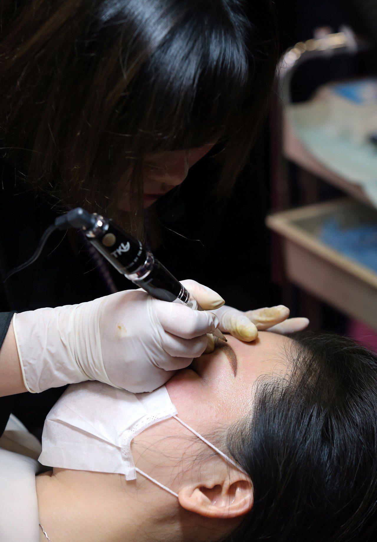 現場紋繡是本屆國際美容化妝品展的熱門項目。記者徐兆玄/攝影