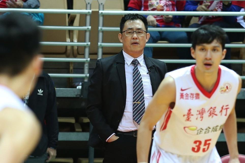 台銀隊總教練韋陳明(右二)。 圖/中華籃球協會提供