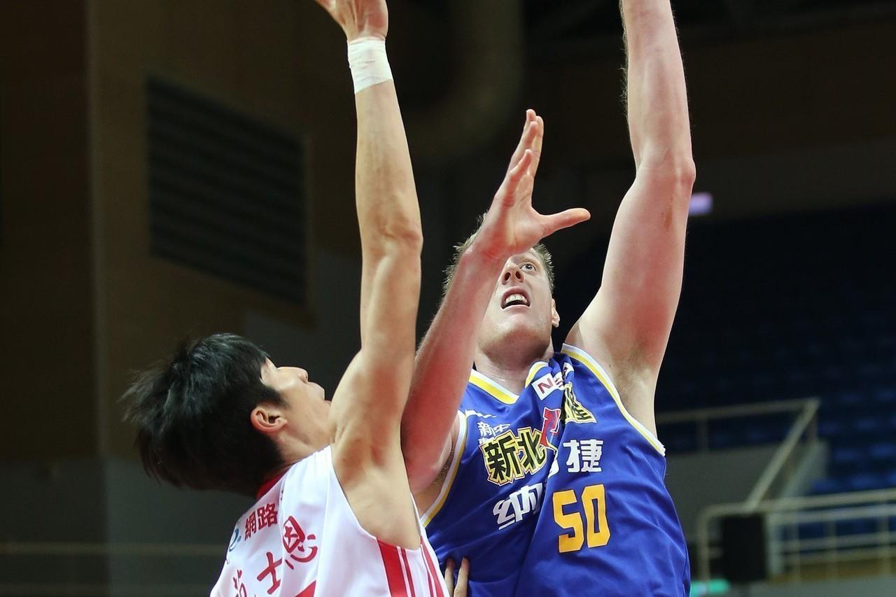 奈維爾(右一)。圖/中華籃球協會提供
