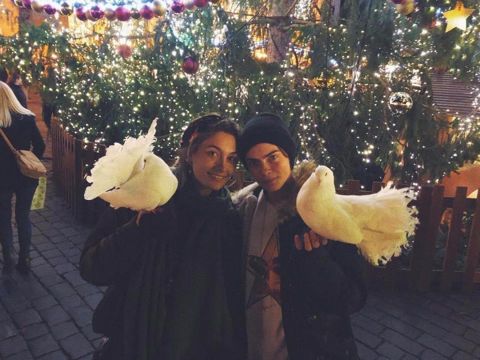 派瑞絲傑克森(左)與卡拉迪樂芬妮從好友變成情人。圖/摘自Instagram