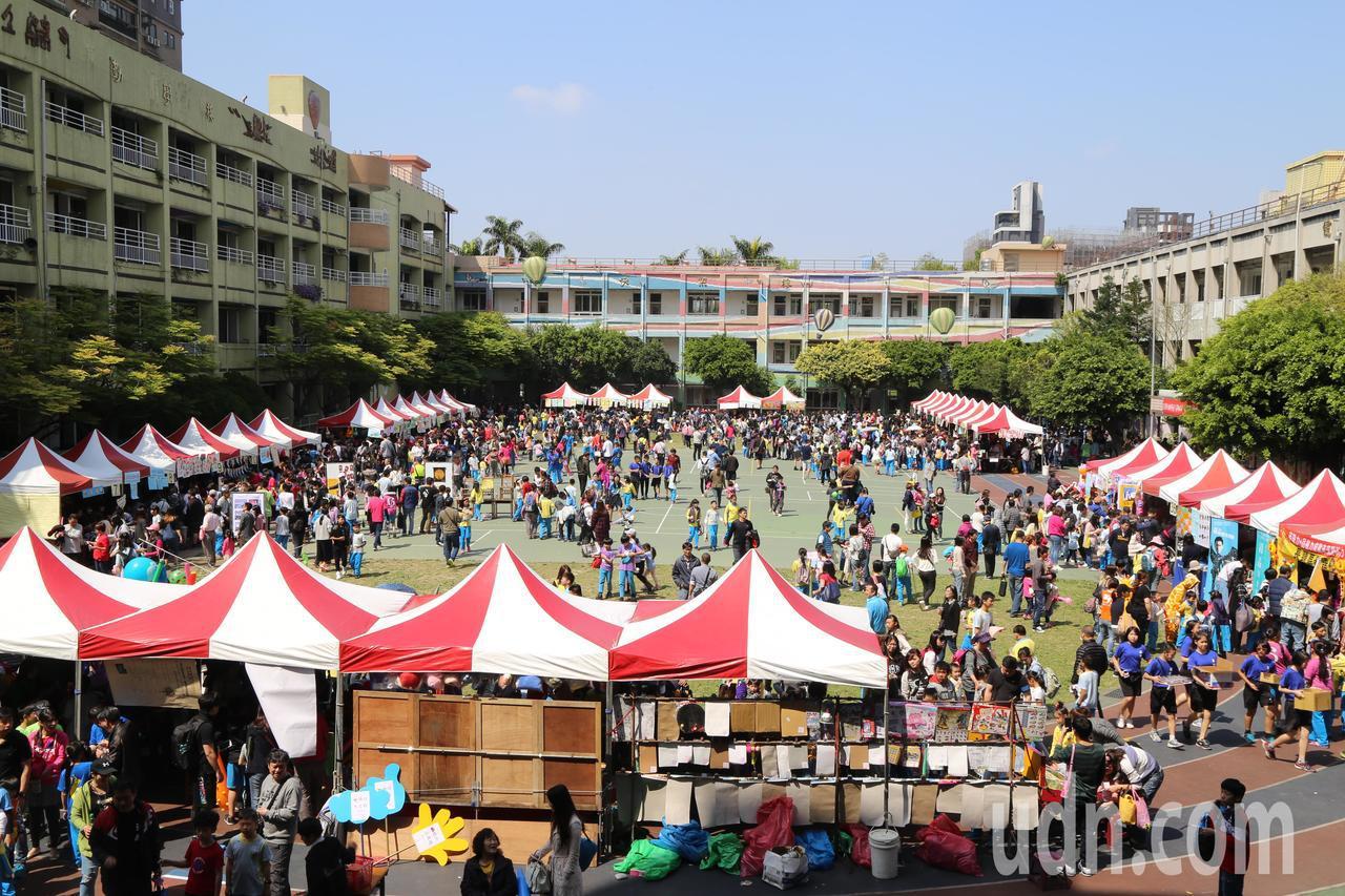 台北市五常國小全校師生家長踴躍參加,社區也共襄盛舉,熱鬧滾滾。記者魏莨伊/攝影