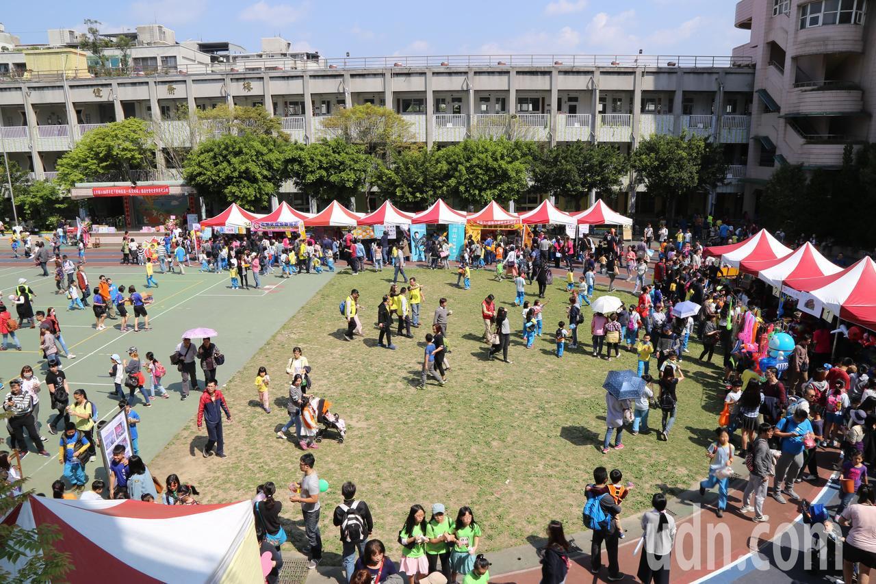 台北市五常國小第一次舉辦園遊會慶祝兒童節。記者魏莨伊/攝影