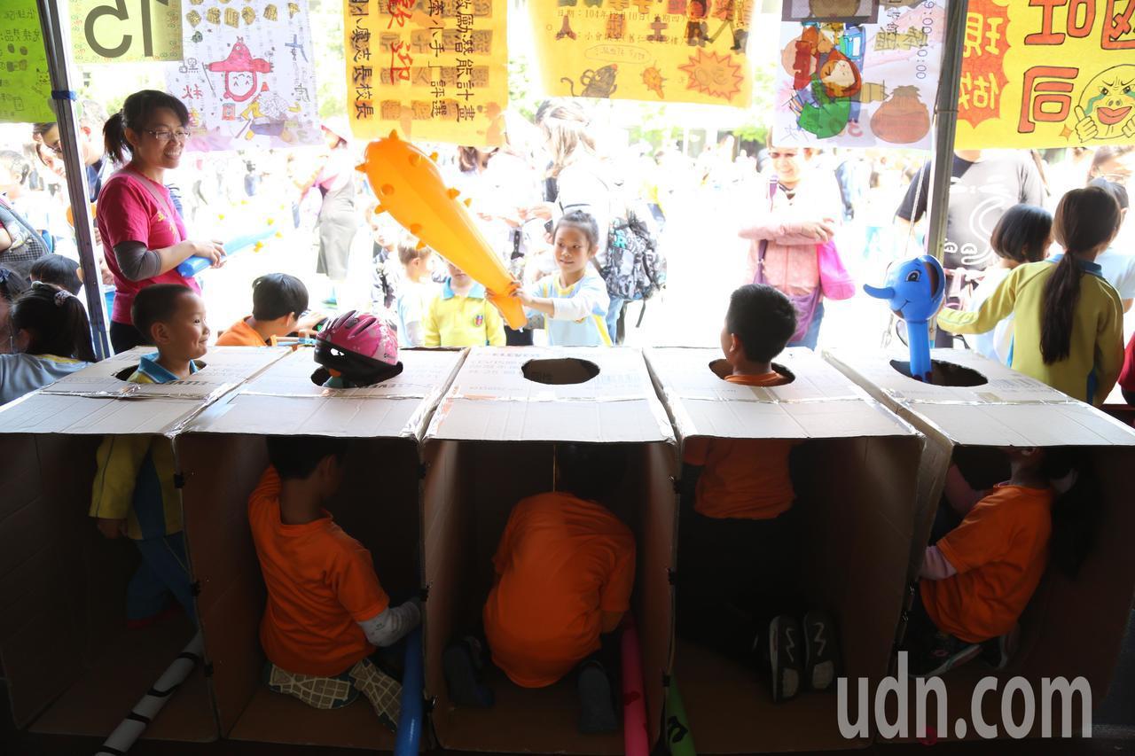 創校50年,台北市五常國小第一次舉辦園遊會慶祝兒童節,四年四班學生化身地鼠,從紙...