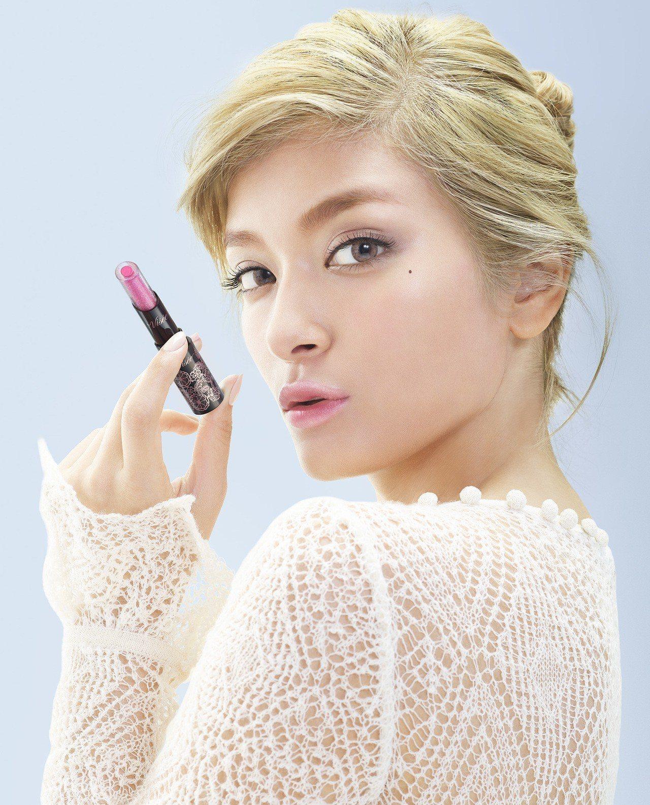 Visee光漾果凍夾心唇膏可輕鬆打造自然紅潤色彩漸層唇。圖/Visee提供