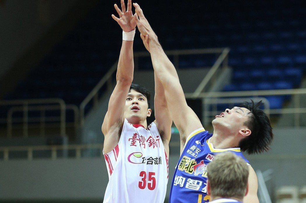 台銀隊余純安(左)跳投。圖/中華籃球協會提供