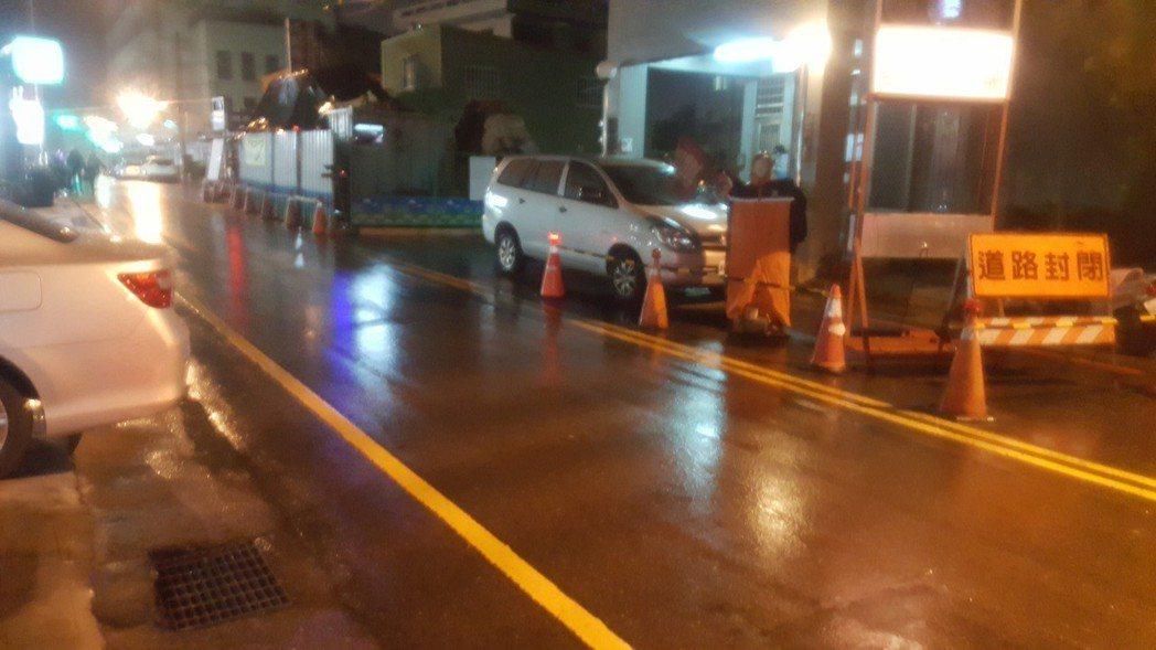 營建署在苗栗市南苗地區進行汙水下水道工程,有的工地因夜間警示燈多數不亮等缺失,被...
