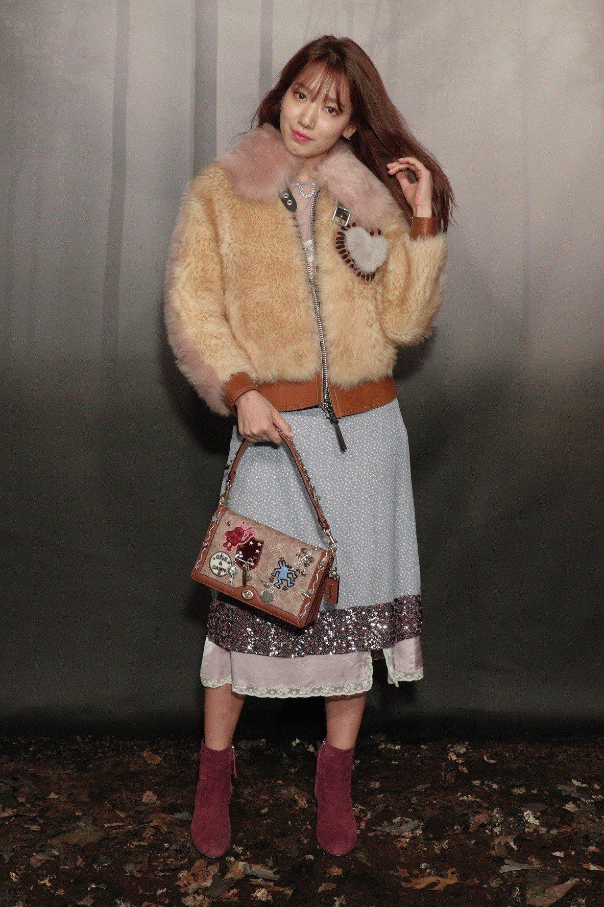 朴信惠手上的Riley手袋有凱斯哈林的俏皮塗鴉徽章,售價28,800元。圖/CO...