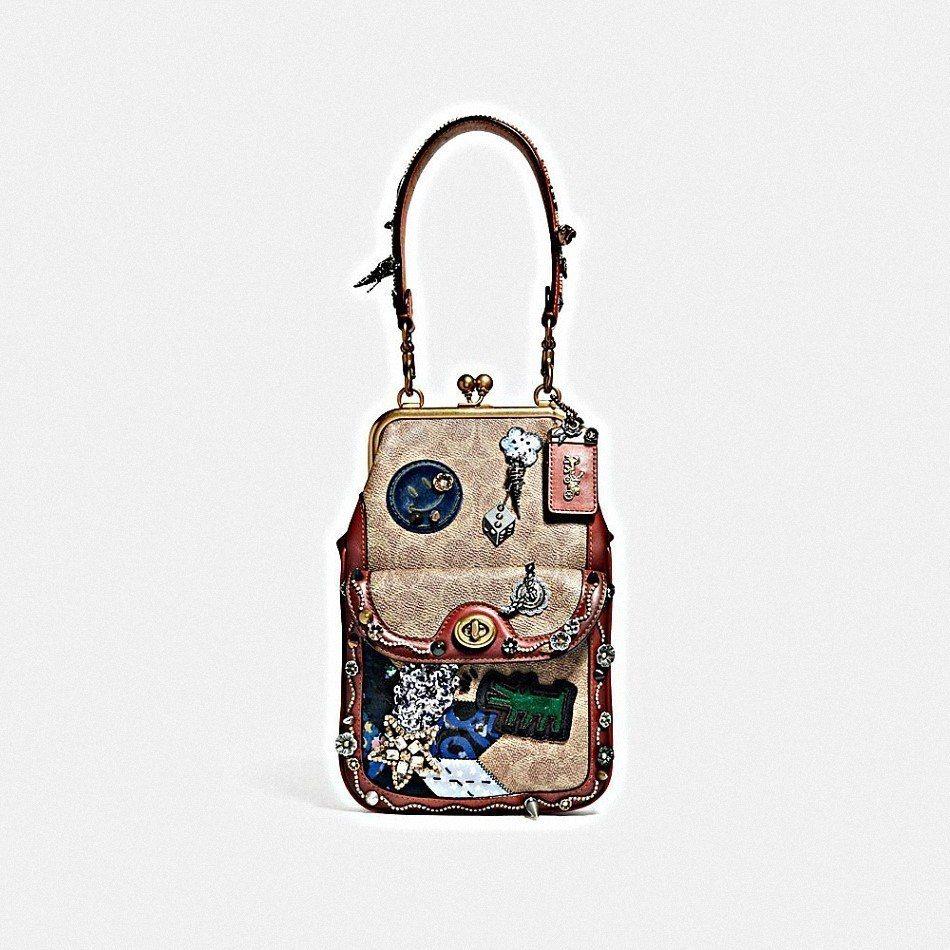 Kisslock手袋,售價23,800元。圖/COACH提供
