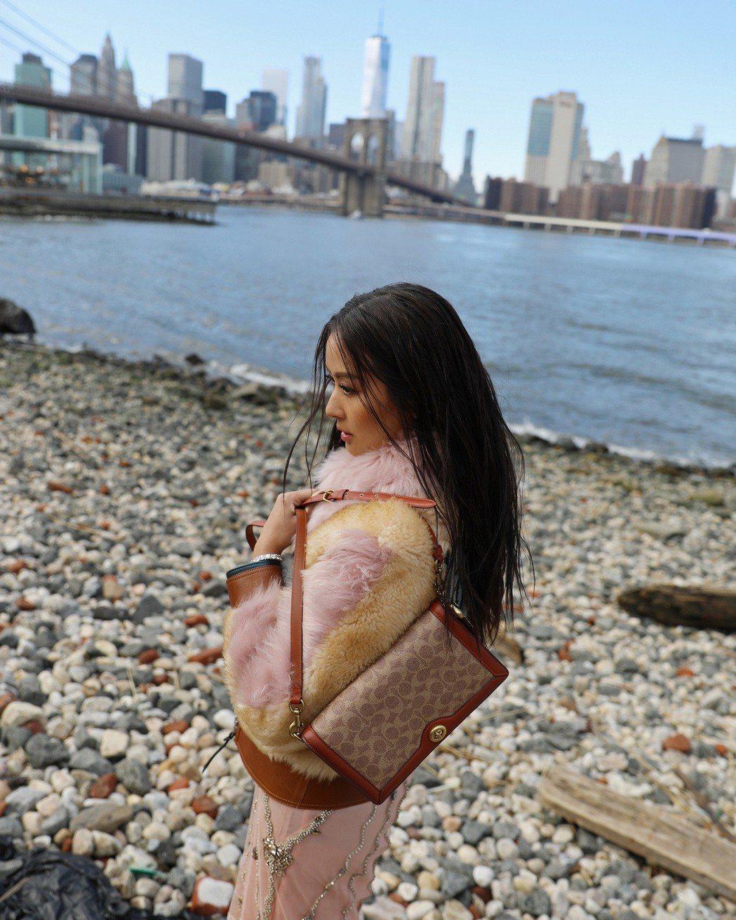 孫芸芸在紐約時裝周期間的街拍拎著Riley手袋,售價19,800元。圖/COAC...