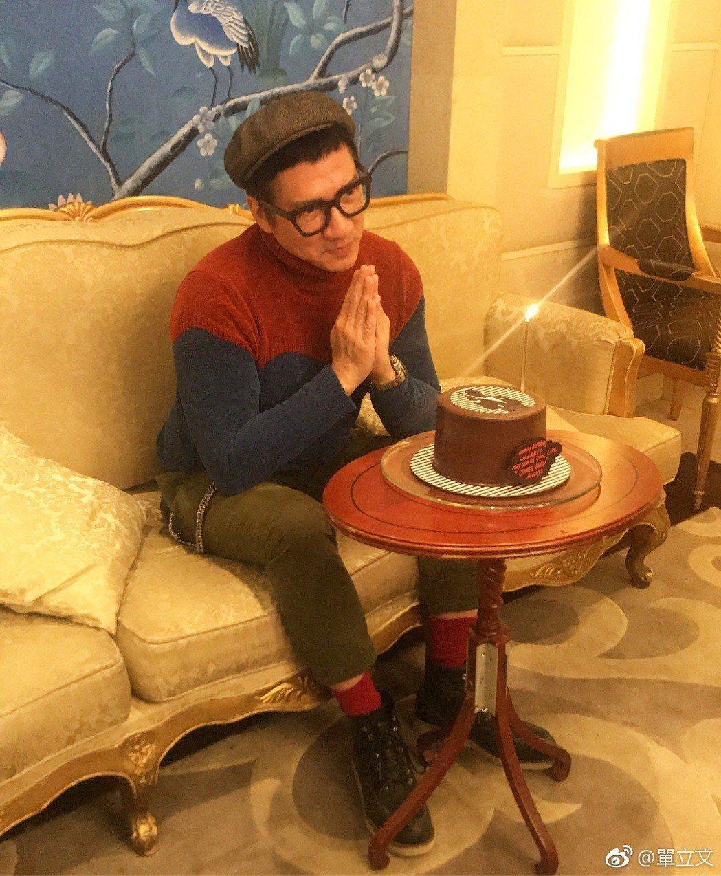 單立文切蛋糕邊賣萌。圖/摘自微博