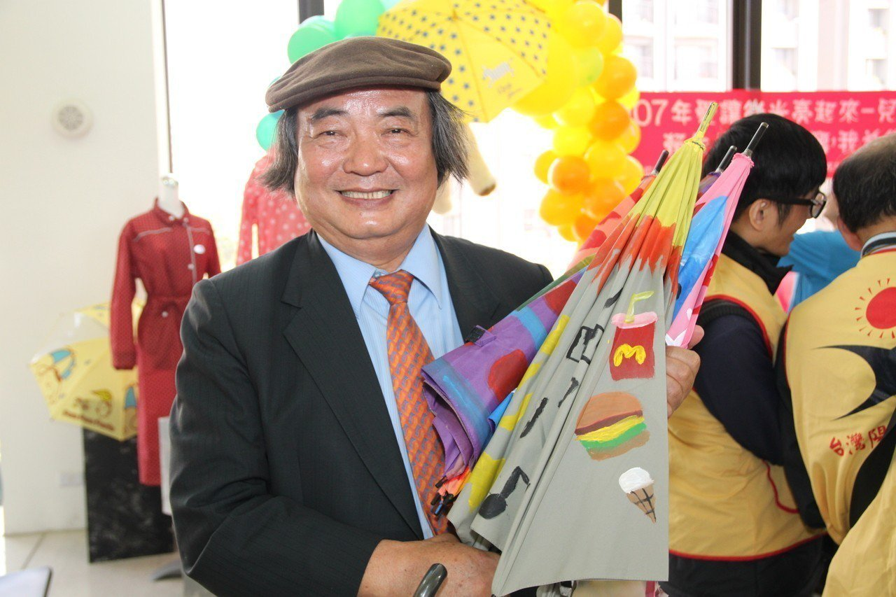 賴建川拿著小朋友彩繪的傘,心裡好高興。記者黃寅/攝影
