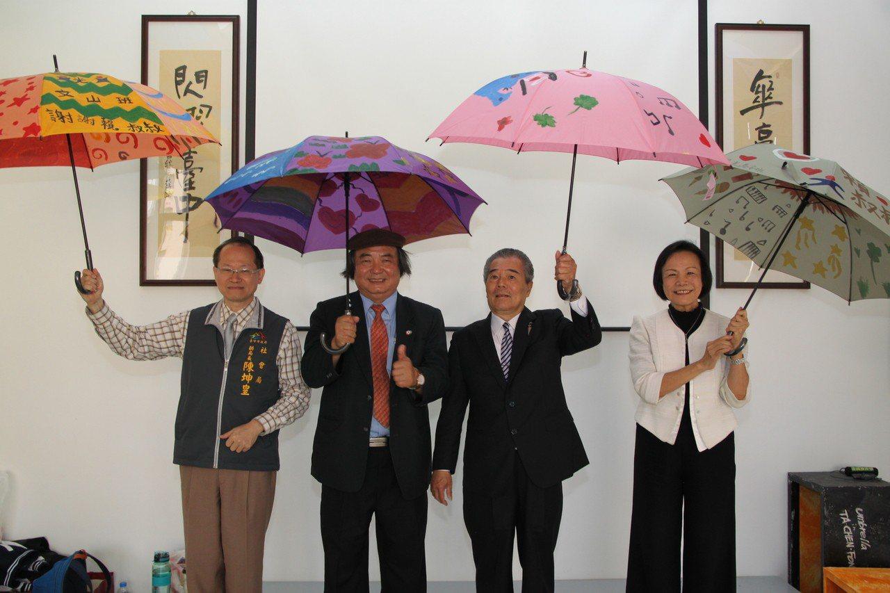 大振豐洋傘負總經理陳生宏(右二)也協助賴建川(右三)和台灣陽光婦女協會一起辦活動...