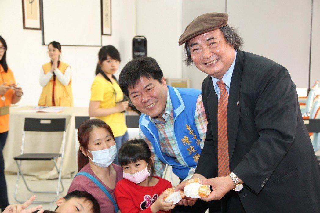 賴建川(右)連續12年請弱勢兒童吃漢堡,市議員陳政顯一起共襄盛舉。記者黃寅/攝影