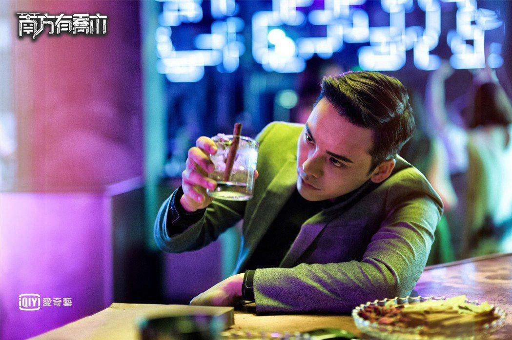 陳偉霆在「南方有喬木」中飾演神秘的酒吧老闆。圖/愛奇藝台灣站提供