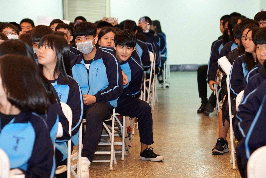 張庭瑚穿學校制服隱身學生群中,讓同學們又驚又喜。圖/TVBS提供