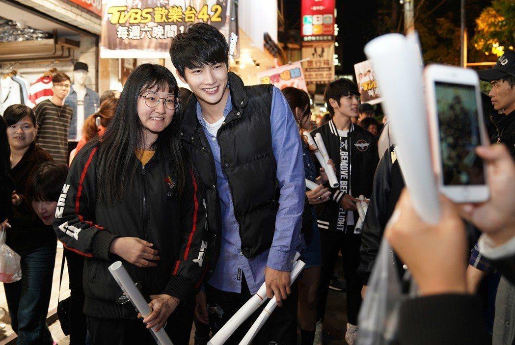 張庭瑚到台中掃街宣傳,大方和粉絲合照。圖/TVBS提供