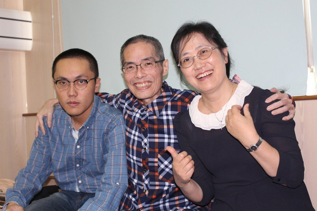 鄒川雄(中)生前告別式,與家人、學生、同事好好地說再見。 記者姜宜菁/攝影