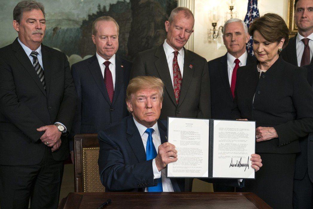川普22日簽署對中國實施關稅命令,加上川普已簽署台灣旅行法,將牽動美中台三方後續...