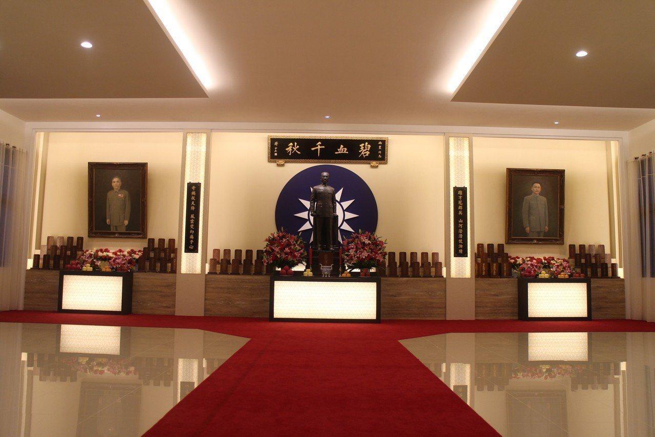 紀念館二樓「忠烈堂」,祭祀歷來4903位殉職幹部牌位,以及戴笠(中)、鄭介民(左...