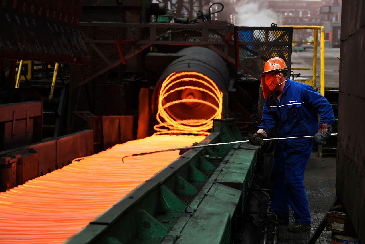 美國總統川普對進口鋼鋁加徵關稅,引發大陸不滿;圖為山東省一間鋼廠作業情形。 (法...